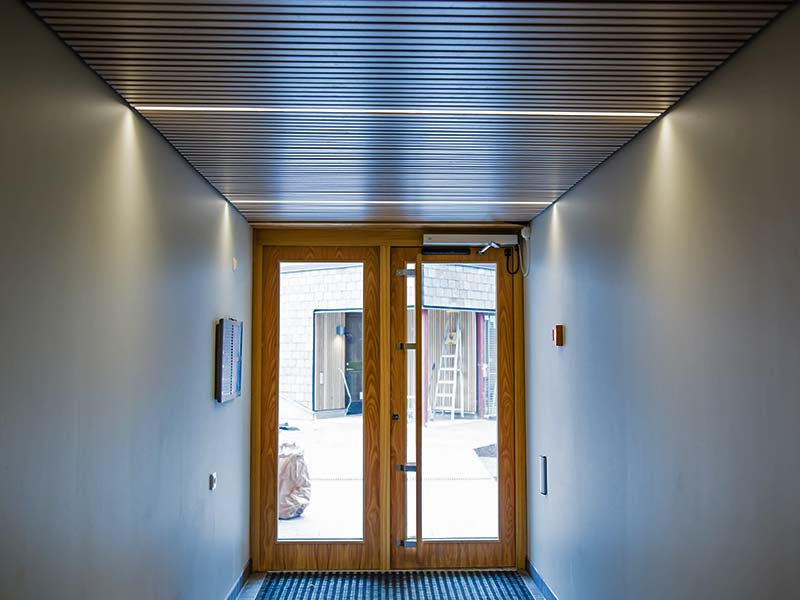 Entrance with rib ceiling and integrated light